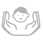 Dieses Icon zeigt ein lachendes Kindergesicht, das von zwei Händen geschützt wird. Es steht für die Spielwarensicherheit von SIMM Spielwaren.