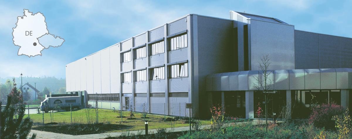 Das Bild zeigt das Firmengebaeude von SIMM Spielwaren GmbH in Roth bei Nuernberg sowie den Umriss der Deutschlandkarte plus tschechischer Republik.
